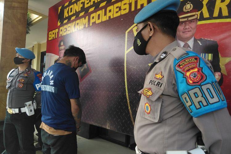 Pelaku diperlihatkan mengenakan baju tahanan saat konferensi pers di Mapolresta Bandung, Rabu (8/9/2021).