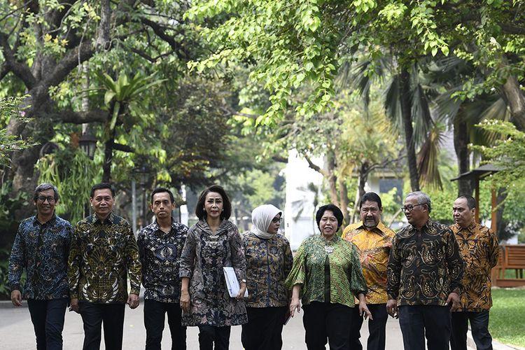 Ketua Panitia Seleksi calon pimpinan Komisi Pemberantasan Korupsi (KPK) periode 2019-2023 Yenti Garnasih (keempat kiri) bersama Wakil Ketua Pansel KPK Indriyanto Seno Adji (kanan), anggota Pansel KPK Marcus Priyo Gunarto (kedua kanan), Hendardi (ketiga kanan), Harkristuti Harkrisnowo (keempat kanan), Diani Sadia Wati (kelima kanan), Al Araf (ketiga kiri), Mualimin Abdi (kedua kiri) dan Hamdi Moeloek (kiri) usai bertemu Presiden Joko Widodo di Istana Kepresidenan, Jakarta, Senin (17/6/19). Presiden berharap Pansel KPK menghasilkan calon pimpinan KPK dengan kemampuan managerial dan menguasai dinamika pemberantasan korupsi.