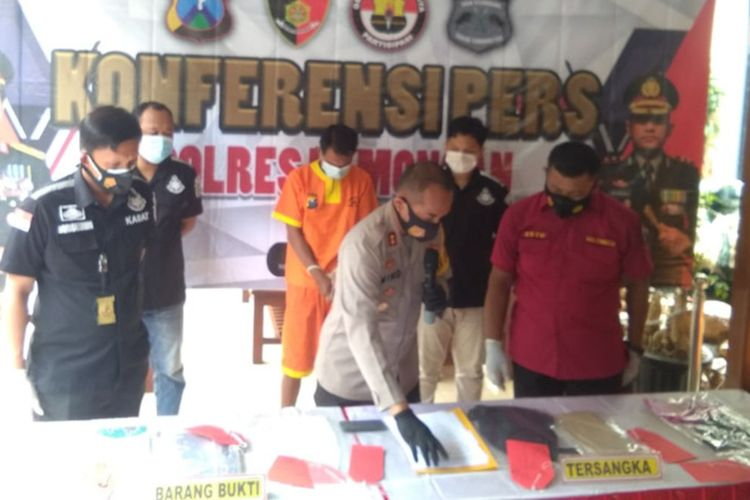 Pihak kepolisian saat menggelar pengungkapan kasus kejahatan di Mapolres Lamongan, Rabu (10/2/2021).