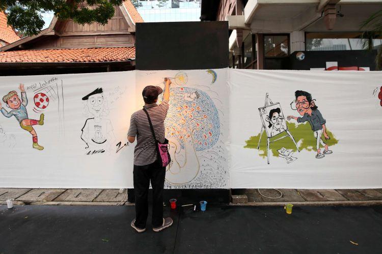 Seniman dan kartunis melukis masal di halaman Bentara Budaya Jakarta, Selasa (10/7/2018). Acara ini untuk mengenang almarhum kartunis GM Sudarta.