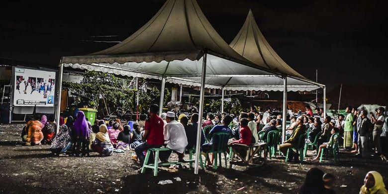 Warga Kampung Akuarium menyaksikan Debat Pertama Capres & Cawapres 2019 di Jakarta, Kamis (17/1/2019). Debat tersebut mengangkat tema Hukum, HAM, Korupsi, dan Terorisme.