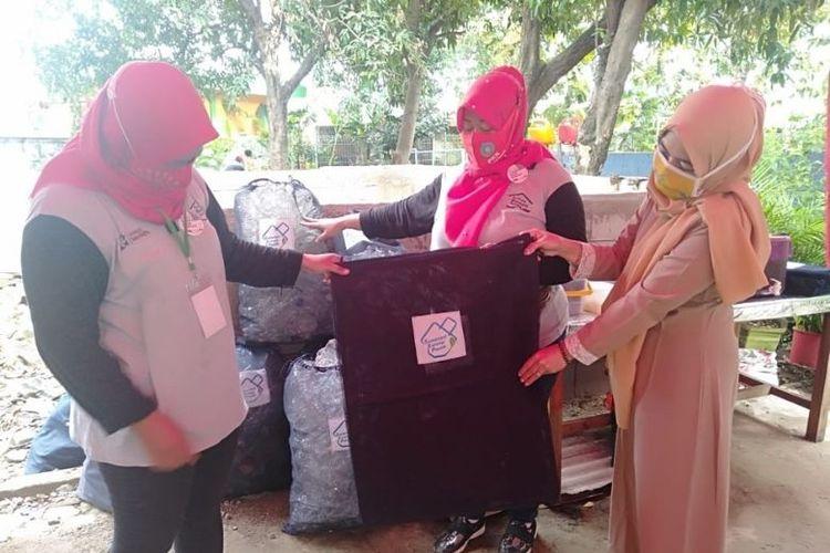 Warga Sunter Jaya mengelola sampah melalui Bank Sampah Proklim.