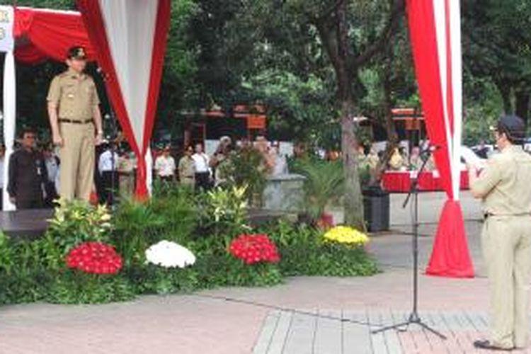 Wakil Gubernur DKI Jakarta Basuki Tjahaja Purnama menjadi inspektur upacara dalam Apel Kesiapan Mudik Idul Fitri 1434 Hijriah, di Monas, Jakarta, Rabu (31/7/2013).