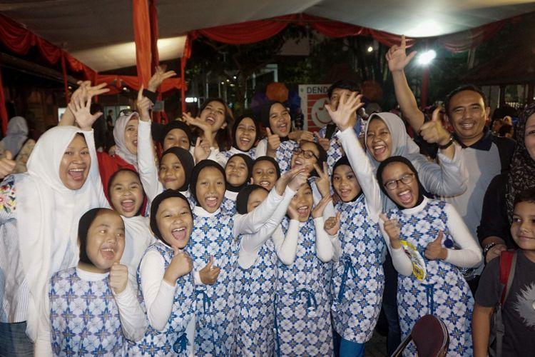 Ekspresi anak-anak SD Islam Dian Didaktika saat sekolahnya dinyatakan lolos di babak final Lomba Paduan Suara Dendang Kencana 2017 di Bentara Budaya Jakarta, Pal Merah Selatan, Jakarta Pusat, Jumat (27/10/2017).