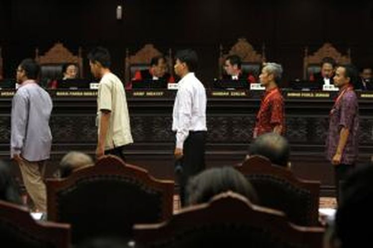 Sebanyak 25 saksi dari pihak Prabowo-Hatta saat sidang lanjutan gugatan Pilpres 2014 diambil sumpah di gedung Mahkamah Konstitusi (MK), Jakarta Pusat, Jumat (8/8/2014). Agenda sidang kali ini adalah mendengarkan jawaban termohon, keterangan pihak terkait, dan Bawaslu terkait gugatan Pilpres pasangan Prabowo-Hatta serta saksi dari pihak pemohon.
