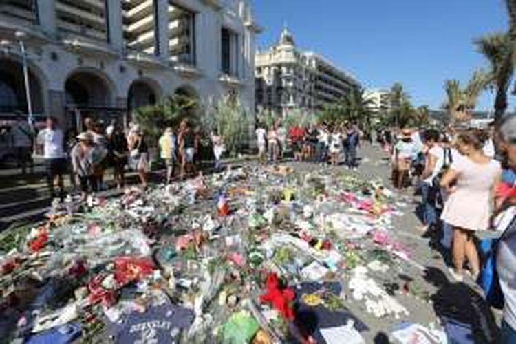Warga meletakkan karangan bunga di Promenade des Anglais, Nice untuk mengenang korban tragedi truk maut yang menewaskan 84 orang.