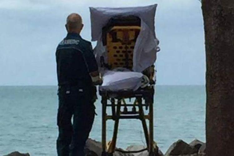 Petugas paramedis di Queensland, Graeme Cooper, dan seorang pasien melihat pantai di Harvey Bay. Cooper dan koleganya, Danielle Kellan, mengabulkan keinginan terakhir pasien tersebut untuk melihat pantai. (22/11/2017)