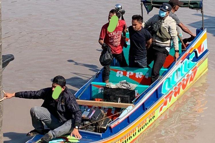 Speedboat mini saat diperiksa petugas BNNP Bangka Belitung di perairan Sei Selan, Bangka Tengah.