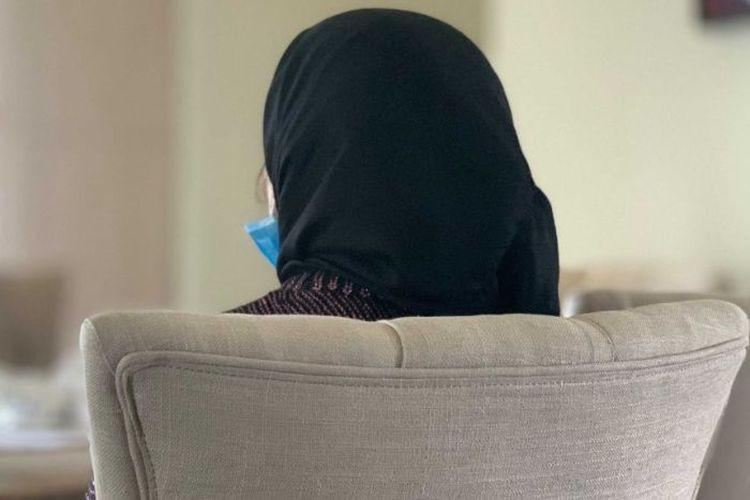 Elly datang ke Australia untuk bersatu dengan suaminya namun malah harus mengalami tindakan kekerasan.