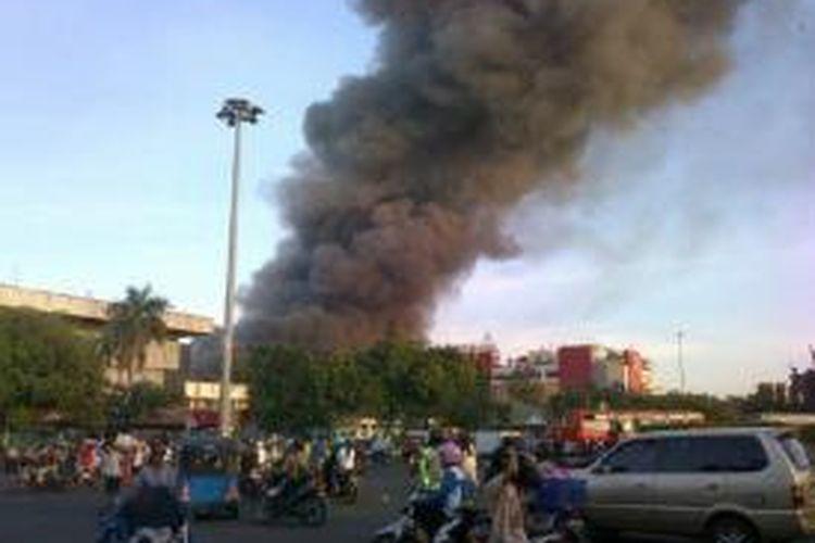 Asap hitam mengepul dari Pasar Senen, Jakarta Pusat, yang terbakar, Jumat (25/4/2014).