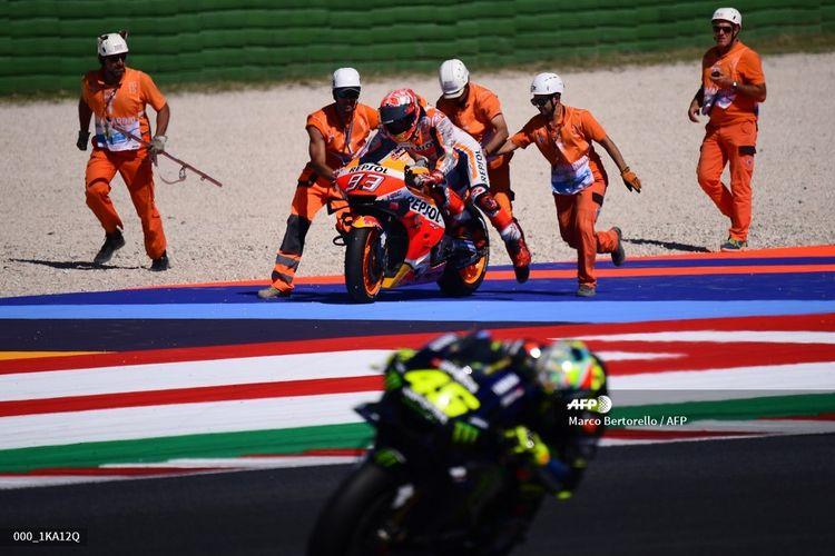 Valentino Rossi melintas ketika Marc Marquez mencoba kembali ke lintasan pada sesi latihan bebas MotoGP San Marino di Misano, 14 September 2019.