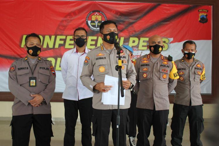 Kabid Humas Polda Jateng Kombes Pol Iskandar Fitriana Sutisna memberikan keterangan pers saat gelar perkara kasus kekerasan dalam rumah tangga (KDRT) di Mapolres Demak, Senin (11/1/2021).