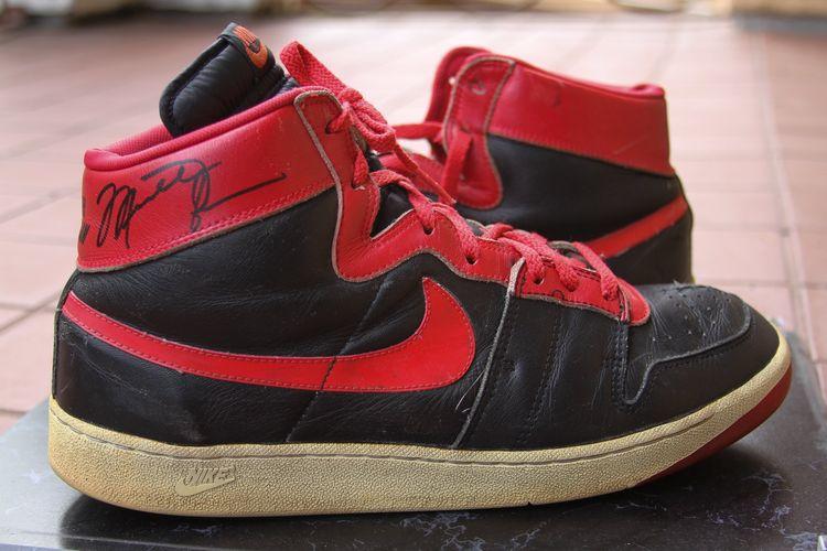 Aaron Goowin, seorang agen pemain -yang juga menjadi agen awal bagi LeBron James - yang berbagi foto sepatu Nike Air Ship milik Michael Jordan ini.