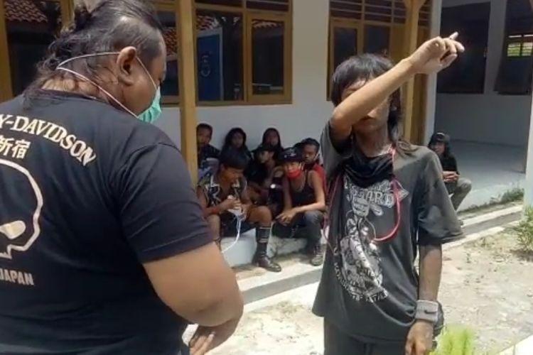 Kanit I Satreskrim Polres Brebes Aiptu Titok Ambar Pramono saat menginterogasi anak punk sebelum akhirnya diamankan sebagai terduga pelaku pembunuhan di sebuah rumah singgah di Kota Tegal, Rabu (14/10/2020) (Dok: Polres Brebes)