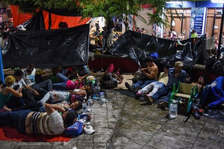 Warga dari Honduras tergabung dalam Karavan migran menuju ke Amerika Serikat sedang beristirahat di Huixtla, negara bagian Chiapas, Meksiko, Senin (22/10/2018). (AFP/Johan Ordonez)