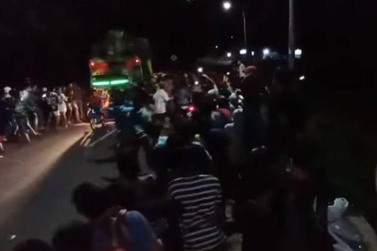 Tangkapan layar video yang menampilkan dan bernarasi truk menabrak kerumunan pemuda yang diduga hendak melakukan balap liar.