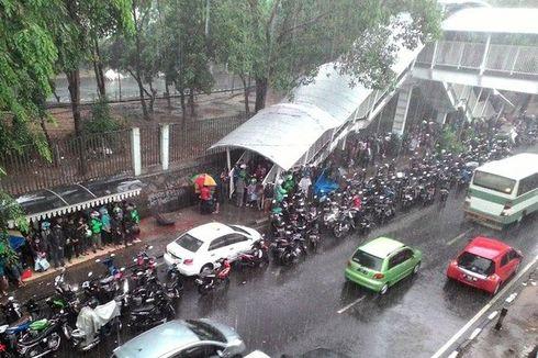 Mulai Musim Hujan, Pengguna Motor Jangan Asal Berteduh