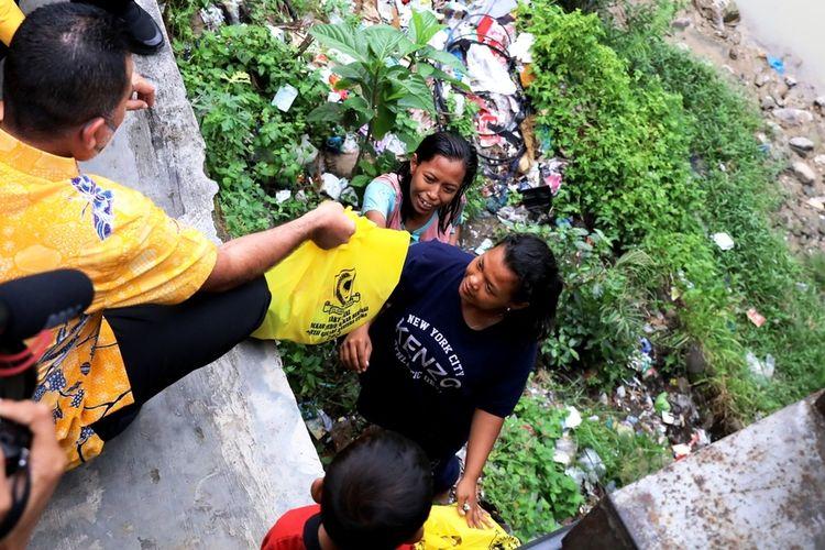 Wakil Gubernur Provinsi Sumatera Utara yang juga Ketua DPD Partai Golkar Sumut Rajekshah memberi bantuan kepada tiga keluarga asal Sigli, Aceh, yang tinggal di bawah kolong jembatan Jalan Gatot Subroto, Sabtu (31/7/2021)