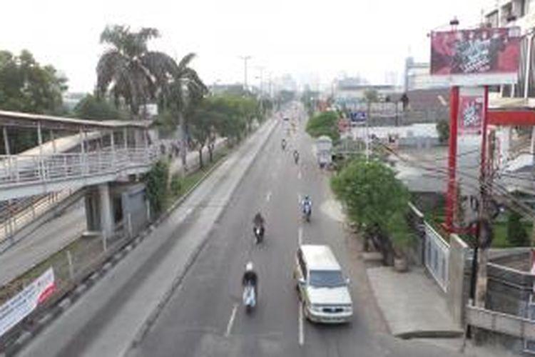 Kondisi Jalan Daan Mogot yang lengang di hari pertama cuti bersama Lebaran, Senin (5/8/2013). Kondisi lengang ini dapat ditemui di hampir seluruh wilayah Ibu Kota.