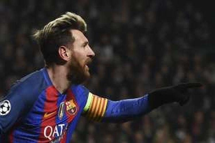 Penyerang FC Barcelona, Lionel Messi, merayakan gol ke gawang Celtic dalam laga Liga Champions di Celtic Park, Rabu (23/11/2016) waktu setempat.