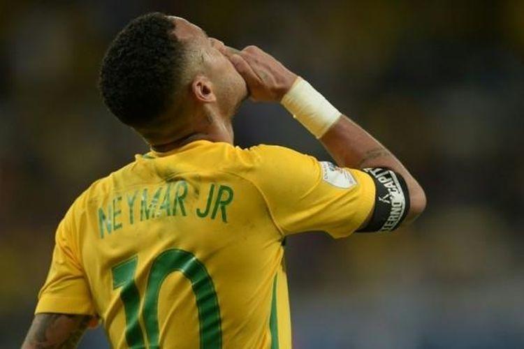 Penyerang Brasil, Neymar, beraksi dalam pertandingan Kualifikasi Piala Dunia 2018 zona Amerika Selatan kontra Argentina di Belo Horizonte, 10 November 2016.
