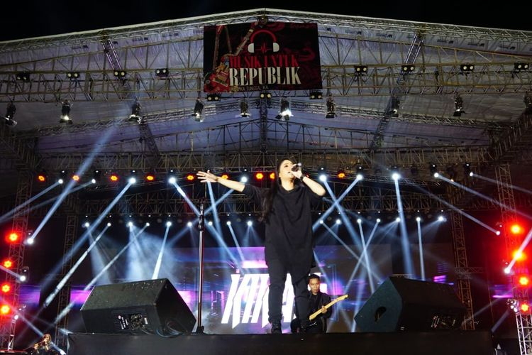 Kikan Namara tampil di Konser Musik Untuk Republik di Buperta Cibubur, Jakarta Timur, Minggu (20/10/2019).