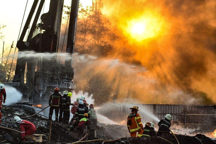 Petugas tengah berupaya memadamkan kebakaran pipa Pertamina di Jalur KCIC, Selasa (22/10/2019).