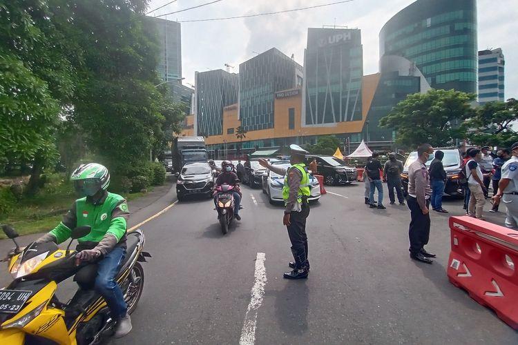 Sejumlah petugas gabungan saat melakukan sosialisasi di masa pengetatan larangan mudik Lebaran di check point Bundaran Waru Jalan Ahmad Yani, Surabaya, Jawa Timur, Kamis (29/4/2021)