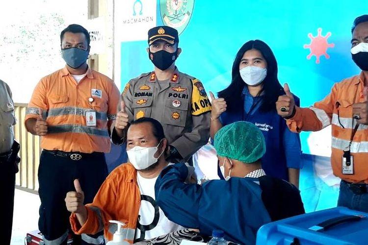 Karyawan PTAR mendapat suntikan vaksin, disaksikan Kapolres Tapsel AKBP Roman Smaradhana Elhaj di tambang emas Martabe, Selasa (27/7/2021)