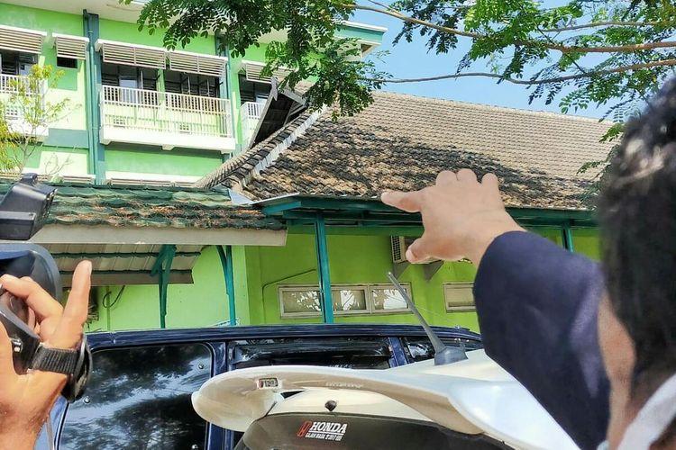 Warga menunjukkan lantai 3 RSUD Sunan Kalijaga Kabupaten Demak, Jawa Tengah tempat pasien PDP melompat dari ruang ia diisolasi, Kamis (9/7/2020).