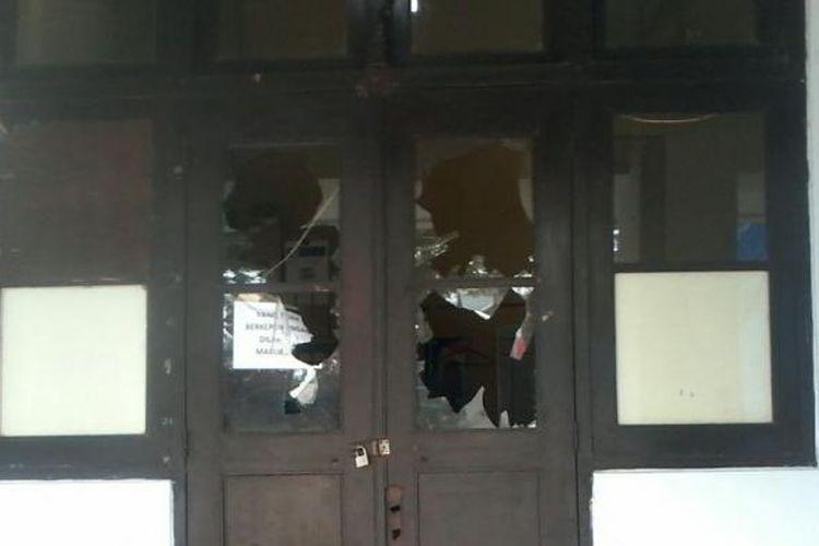 Kaca-kaca jendela kantor Balai Kota Makassar pecah setelah penyerangan oleh anggota Sabhara Polrestabes Makassar dan Polda Sulawesi Selatan pada Sabtu (6/8/2016) malam hingga Minggu (7/8/2016) dini hari.