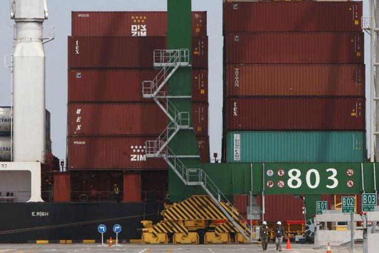 Suasana aktivitas bongkar muat Terminal Peti Kemas Kalibaru atau New Priok Container Terminal usai diresmikan Presiden Joko Widodo, di Jakarta, Selasa (13/9/2016). Terminal Kalibaru dibangun untuk meningkatkan kapasitas secara bertahap guna mengantisipasi pertumbuhan arus peti kemas dan kargo Pelabuhan Tanjung Priok. Terminal itu dioperasikan oleh joint venture company antara Pelindo II (IPC) TPK dan Komsosrsium Mitsui-PSA-NYK Line yaitu PT New Priok Container Terminal One (NPCT1), berkapasitas 1,5 juta TEUS per tahun.
