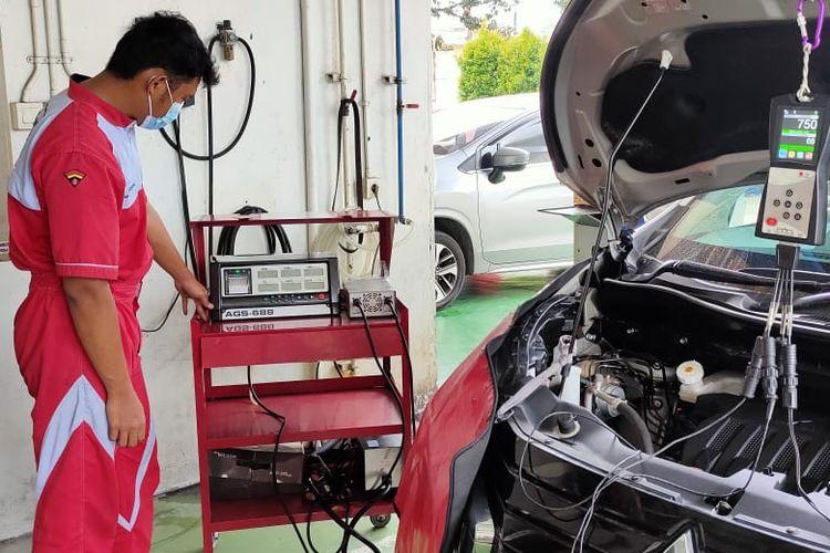 Uji emisi gas buang di bengkel Mitsubishi