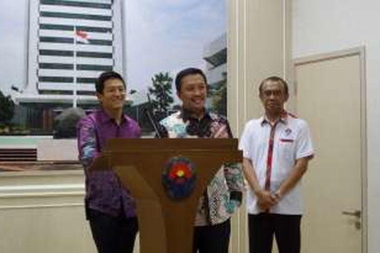 Pebalap Indonesia, Rio Haryanto (kiri), tersenyum dalam konferensi pers di Gedung Kemenpora Jakarta, Kamis (11/2/2016), didampingi Menpora Imam Nahrawi (tengah) dan Juru Bicara Kemenpora Gatot S Dewa Broto.