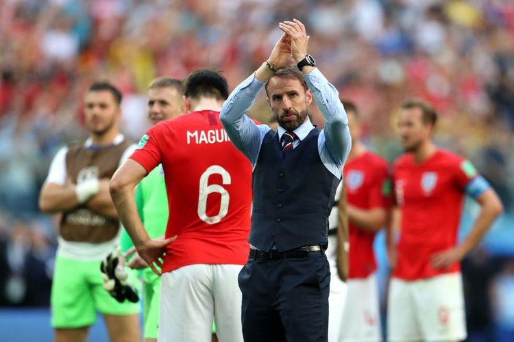 Pelatih timnas Inggris, Gareth Southgate menyapa para pendukung Inggris seusai laga perebutan peringkat ketiga melawan timnas Belgia di Stadion Saint Petesburg, Sabtu (14/7/2018)