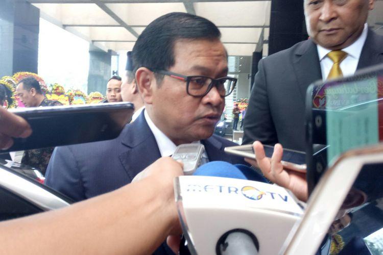 Sekretaris Kabinet Pramono Anung tengah diwawancarai seusai menghadiri akad nikah putra Kepala BIN Budi Gunawan dan Kepala BNN Budi Waseso di Hotel Bidakara, Jakarta, Sabtu (2/9/2017)