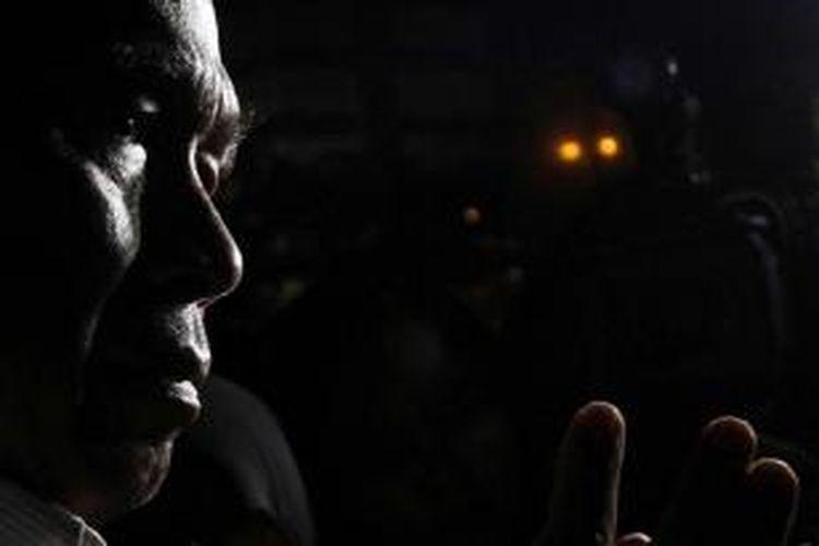 Pelaksana tugas KPK Taufiqurachman Ruki menjawab pertanyaan wartawan saat akan meninggalkan Gedung KPK, Jakarta, Senin (2/3/2015). Sebelumnya, Ruki dalam konferensi pers menyatakan akan melimpahkan kasus Budi Gunawan kepada kepolisian lewat tangan Kejaksaan dengan alasan efektivitas.