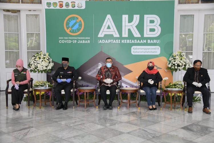 Gubernur Jabar Ridwan Kamil saat menerima bantuan dari donatur di Gedung Pakuan, Kota Bandung, Jumat (10/7/2020).