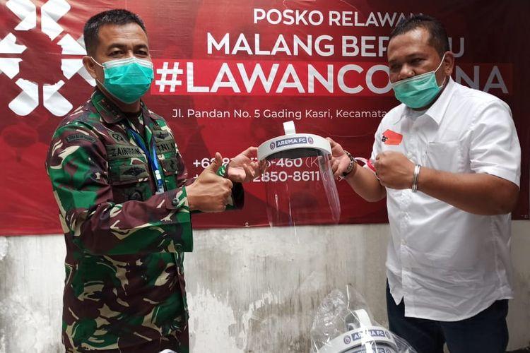 Arema FC menyerahkan 80 Face Shield yang diwakili CEO Ir. R. Agoes Soerjanto kepada Danrem 083 Baladhika Jaya Kol. Inf. Zainuddin di Posko MBLC Malang, Kamis (23/04/2020) sore.