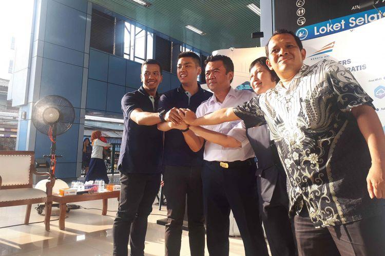 Direktur Operasional MacroAd Rudi Chandra (paling kiri) dan Executive Vice Presiden KAI Daop 1 Jakarta Dadan Rusdiansyah (tengah) saat menghadiri peluncuran Wifi gratis di Stasiun Juanda, Rabu (27/2/2019).
