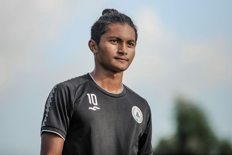 Pemain muda lulusan PS Sleman Development Center Rizza Fadillah berlatih bersama tim PS Sleman senior di Lapangan Yogyakarta Independent School (YIS), Sleman pada  Kamis (1/7/2021) sore.