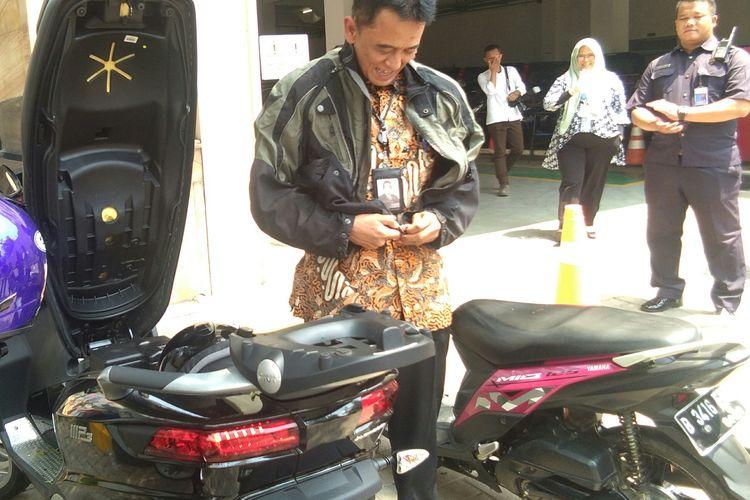Mantan Wakil Ketua KPK, Chandra Hamzah mengendarai Piaggio 500ie Business senilai Rp 280 juta saat mendatangi undangan dari Menteri BUMN, Erick Thohir, di Kementerian BUMN, Jakarta, Senin (18/11/2019).