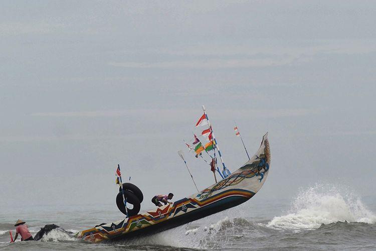 Perahu nelayan diterjang ombak di perairan Pantai Air Manis, Padang, Sumatera Barat, Rabu (27/5/2020). Nelayan mengaku kesulitan pergi ke laut akibat gelombang pasang yang terjadi sejak dua hari terakhir di daerah itu. ANTARA FOTO/Iggoy el Fitra/aww.