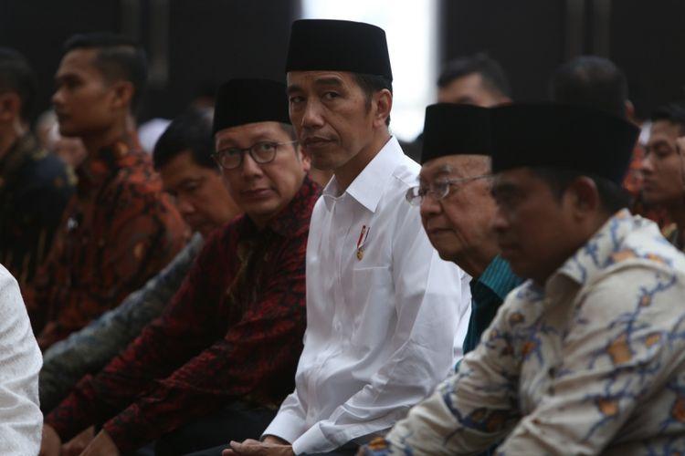 Presiden RI Joko Widodo atau Jokowi saat beribadah di Masjid Kyai Haji Hasyim Asyari Daan Mogot, Jakarta Barat, Sabtu (15/4/2017). Jokowi meresmikan masjid Raya yang berkapasitas 16.000 jemaah ini.