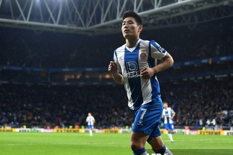 Pemain asal China, Wu Lei, berselebrasi setelah mencetak gol untuk timnya di laga Espanyol vs Barcelona pada pekan ke-19 Liga Spanyol.