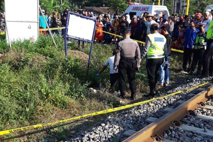 Tak memperhatikan kereta yang melintas saat menyeberang perlintasan kereta tanpa palang pintu, pasangan suami istri di Magetan tewas tertabrak kereta barang.