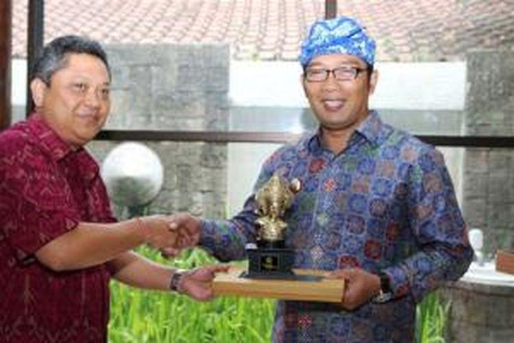 Wali Kota Denpasar IB Rai Dharmawijaya Mantra (kiri) dan Wali Kota Bandung Ridwan Kamil (kanan) usai penandatanganan nota kesepahaman (MoU) untuk Jaringan Kota Kreatif, di Denpasar, Bali, Minggu (28/12/2014).