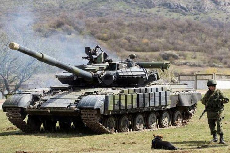 Pasukan Rusia sedang bersiaga di dekat sebuah tank di pangkalan militer Perevalne, Crimea.