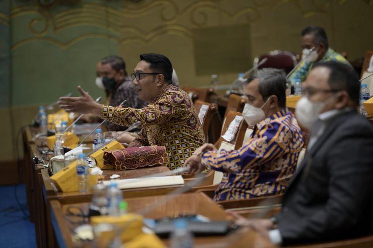 Ketua Asosiasi Daerah Penghasil Migas dan Energi Terbarukan (ADPMET) sekaligus Gubernur Jawa Barat (Jabar) Ridwan Kamil saat menghadiri Rapat Dengar Pendapat Umum (RDPU) dengan Komisi VII DPR RI di Gedung DPR RI, Jakarta, Senin (5/4/2021).
