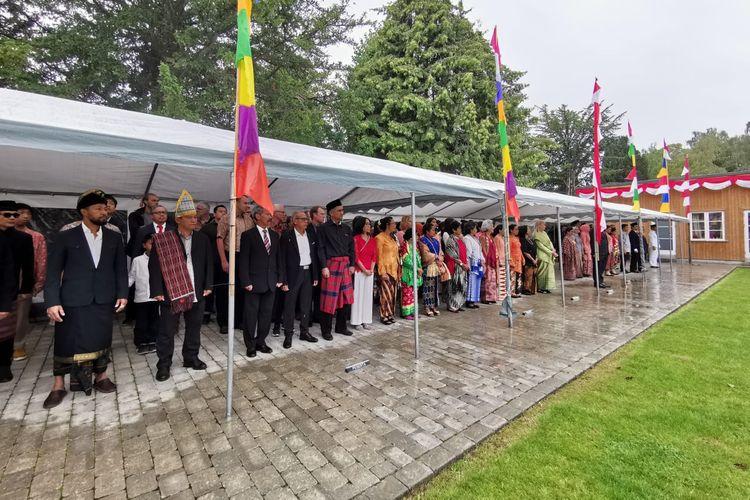 Warga Negara Indonesia (WNI) mengenakan pakaian dari daerah asal masing-masing ketika mengikuti upacara 17 Agustus yang diselenggarakan di kantor KBRI Kopenhagen, Denmark, Sabtu (17/8/2019).